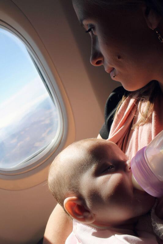 vauvan-kanssa-lentokoneessa