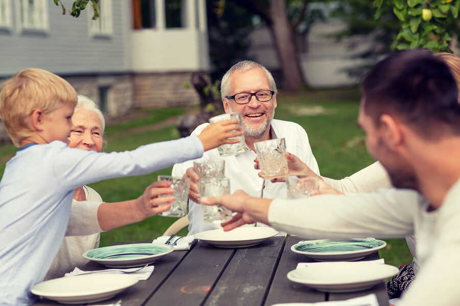 perhe syö puutarhassa